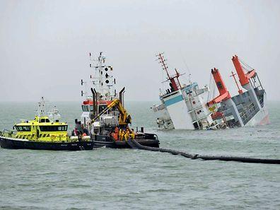 Der niederländische Frachter Flinterstar sinkt. Spezialschiffe versuchen, eine Ölpest zu verhindern.