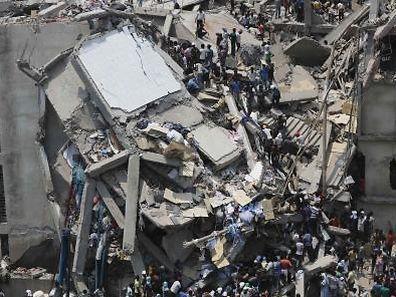 Le 23 avril 2013 à Dacca, 1.138 personnes sont mortes et plus de 2.000 autres ont été blessées dans l'effondrement de l'immeuble Rana Plaza, qui abritait des ateliers de confection travaillant pour de nombreux groupes étrangers, dont Benetton.