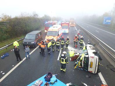 Die Rettungsdienste befreiten die eingeklemmte Fahrerin aus dem zerstörten Fahrzeug.