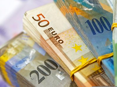 Der Schweizerfranken hat sich zum Euro binnen weniger Tage um 15 Prozent verteuert.