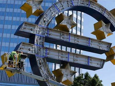 Arbeiter montieren die Verglasung des Euro-Zeichens vor der EZB in Frankfurt.