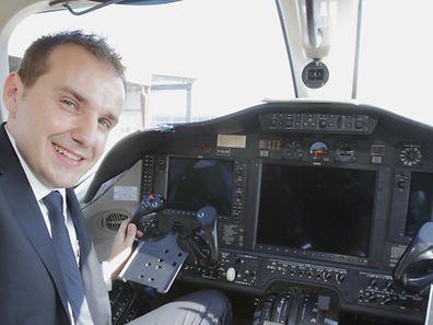 An Bord jeder Maschine sitzen zwei Piloten. Die Flugstunde kostet 2400 Euro.