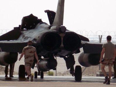 """Le dispositif était constitué de deux avions Rafale """"équipés de bombes air-sol guidées laser GBU 12"""", d'un avion de ravitaillement en vol C-135 FR et d'un avion de patrouille maritime Atlantique 2, chargé notamment de la première évaluation des frappes."""