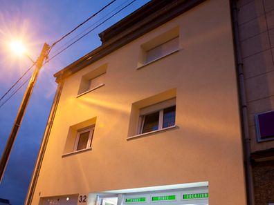 """Nach drei Jahren der Planung wurde am Dienstag ein neues Wohngebäude der """"Immo-Stëmm"""" in der Escher Straße in Beles seiner Bestimmung übergeben. Hier sollen drei Personen ein Zuhause finden, um aus dem Teufelskreis (""""Keine Adresse, keine Arbeit"""") ausbrechen zu können."""
