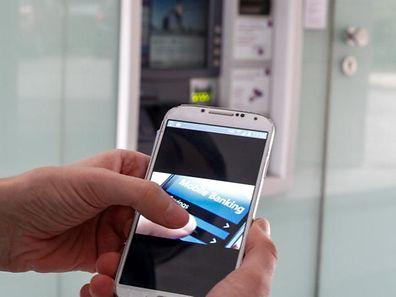 Immer mehr Kunden wollen ihren Kontostand egal wo, egal wann, per Smartphone-App abrufen.