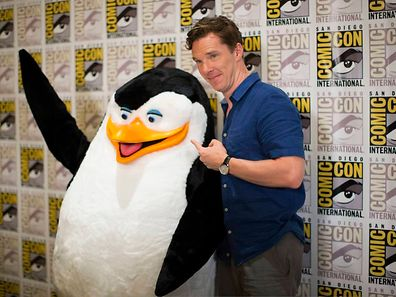"Benedict Cumberbatch neben einem Pinguin aus dem Animationsfilm ""Penguins of Madagascar"""