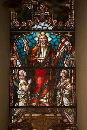 Jésus, représenté sur l'un des immenses vitrail qui surplombent le choeur de l'église de la Trinité