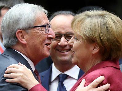 EU-Gipfel in Brüssel: Der kommende Kommissionschef Jean-Claude Juncker begrüßt Kanzlerin Angela Merkel unter den wohlwollenden Augen von Frankreichs Staatschef François Hollande.
