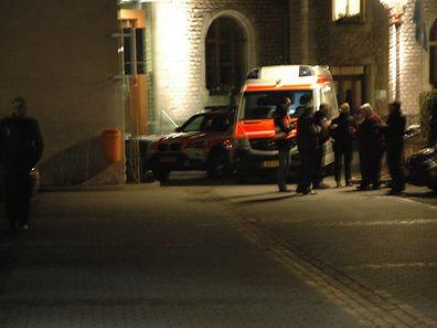 Ermittler der Polizei am Montagabend am Tatort.