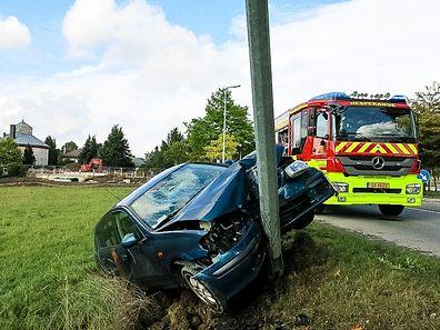 Es war zunächst unklar, weshalb das Auto gegen den Laternenmast prallte.