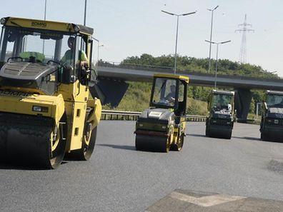 Auf einem Teilstück der A13 wird ein neuer Straßenbelag aufgetragen.