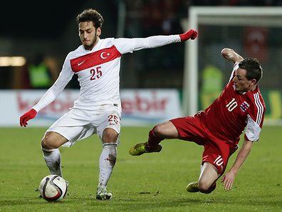 Ben Payal au pressing de Hakan Calhanoglu, le joueur du Fola a réussi son retour en tant que titulaire.