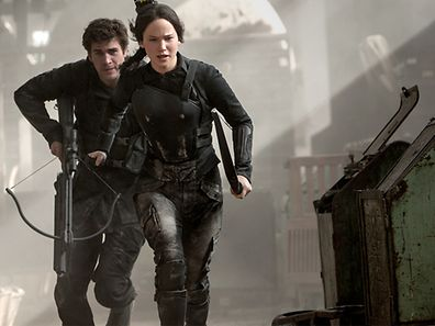 """The Hunger Games"": Katniss (Jennifer Lawrence) et Gale (Liam Hemsworth) luttent contre les oppresseurs."