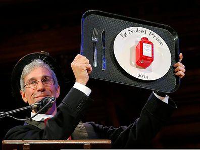 Und das Kantinentablett geht an ...: Zeremonienmeister Marc Abrahams präsentiert eine der diesjährigen Ig-Nobelpreis-Trophäen.
