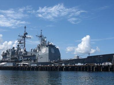 Ein US-Kriegsschiff legt von einer Militärbasis im südchinesischen Meer ab.