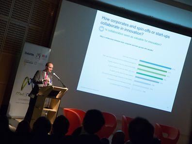 La conférence de lancement de la plateforme Mind & Market avec sur scène, Benjamin Collette de Deloitte.