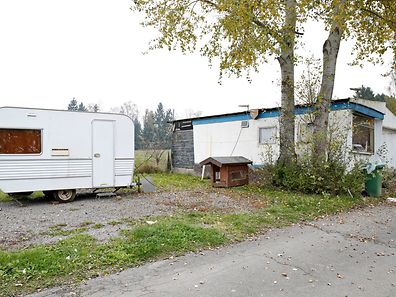 Einer von zwei kleineren Wohnwagen steht bereit, um die vierköpfige Familie auf einem anderen Campingplatz zu beherbegen