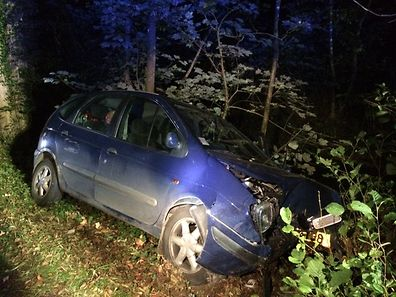 A car crashed into a tree in Ernzen, north of Echternach