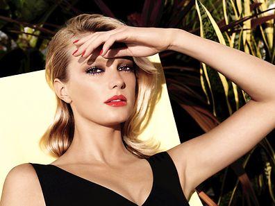 Teint légèrement hâlé, regard travaillé et bouche lumineuse : le make-up estival Chanel. Collection Méditerranée.