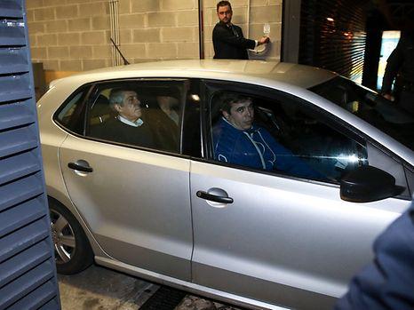 O ex-primeiro-ministro, José Sócrates, no interior de um carro da polícia, à saída do Tribunal Central de Instrução Criminal (TCIC) no Campus de Justiça, em Lisboa.