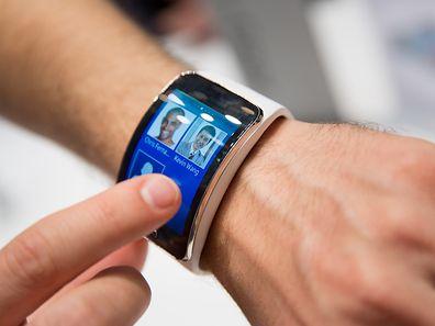 Samsungs Smartwatch Gear S kann mit dem integrierten UMTS-Chip auch ohne Smartphone Telefongespräche erledigen.
