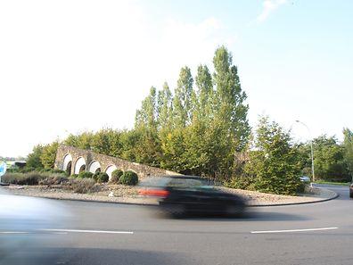 Die Mauer, die inmitten des Kreisverkehrs steht, soll ab Mitte Oktober abgerissen werden.
