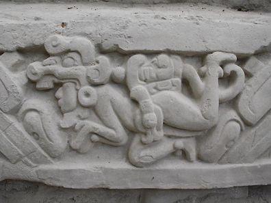 Das Tempel-Fries zeigt die für die Maya-Kultur typische Symbolik, die noch immer nicht eindeutig entschlüsselt ist.