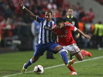 Benfica�s Maxi Pereira (R) vies for the ball with  Ricardo Quaresma from FC Porto during their Portuguese Cup second leg semi-final match held at Luz Stadium Portugal, 16 April 2014. JOSE SENA GOULAO/LUSA