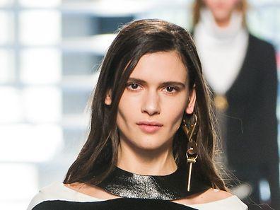 Der Ohrring von Louis Vuitton ist in verschiedenen Farb- und Materialvarianten erhältlich.