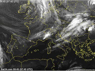 Satellitenbilder zeigen, wie sich das Tief von Westen kommend nach Europa ausbreitet.