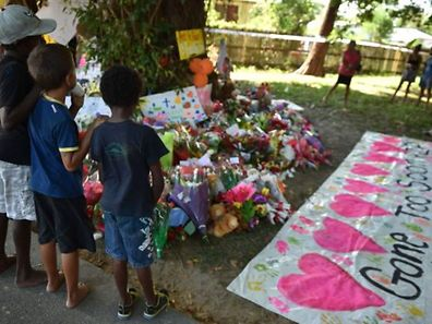 Un mémorial improvisé a été dressé dans un parc situé près de la scène de crime, où bon nombre d'habitants ont apporté des fleurs, des bougies et des ours en peluche en mémoire des enfants.