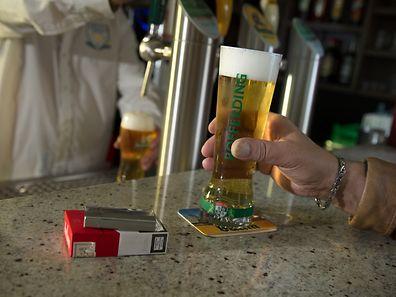 Durch das Rauchverbot wird in den Gaststätten weniger konsumiert.