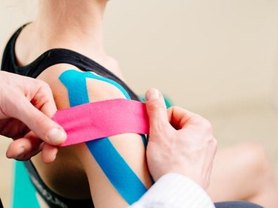 Kinesio-Tapes sollen Schmerzen lindern.