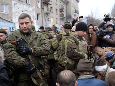 A Donetsk, les rebelles ont forcé une vingtaine de prisonniers de guerre ukrainiens à marcher, sous les plaisanteries des habitants. Pendant près de 10 minutes, les prisonniers ont été contraints de se tenir à genoux sur le trottoir.