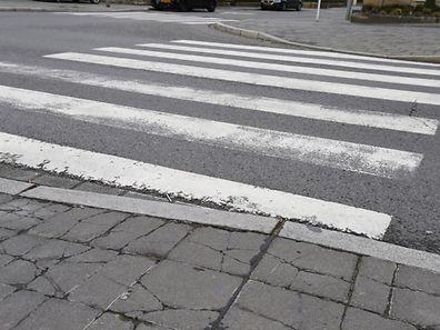 Trotz Zebrastreifens sollten Passanten den Verkehr genau im Blick haben.