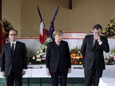 La Chancelière allemande Angela Merckel (au centre), le président français Francois Hollande(à g.) et le Premier ministre espagnol Mariano Rajoy se recueuillent à Seyne-les-Alpes le 25 mars, en hommage aux victimes du crash aérien qui a fait 150 morts.