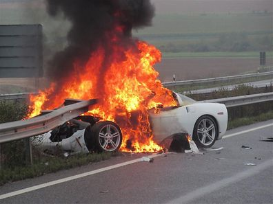 Das Auto brannte komplett aus. Der Schaden beträgt rund 35.000 Euro.