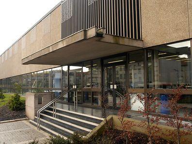 Das ehemalige Schwimmbad in Oberkorn wurde durch den Bau des Aquasud seiner ursprünglichen Bestimmung beraubt. Bald könnte hier die Hochschule Fresenius Einzug halten.