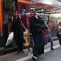 Erleichtert verlassen die Menschen den in München angekommenen Zug - dennoch erwartet sie eine ungewisse Zukunft.