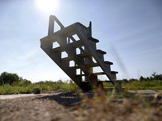 Eine Treppe ist das einzige Überbleibsel eines völlig zerstörten Hauses.