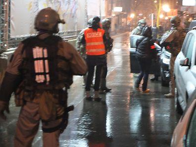 Gegen 23 Uhr wurde der Geiselnehmer vom Tatort abgeführt.