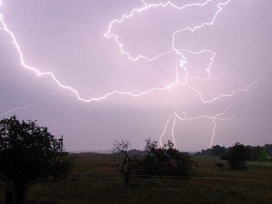 Des orages parfois violents, accompagnés de grêle et de coups de vent violents, sont annoncés pour l'après-midi et la soirée de dimanche.