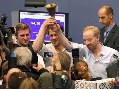 Die drei Zalando-Vorstände David Schneider, Robert Gentz und Rubin Ritter (v.l.n.r.) läuteten die Glocke an der Frankfurter Börse.