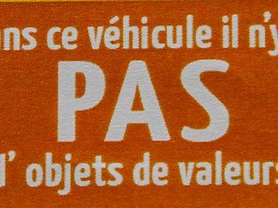 """Auf gleich drei Fehler in einem Satz brachte es die französische Version des Schildes: nach dem Apostrophen ist eine  Leerstelle zuviel, auf dem """"à"""" ist der Akzent überflüssig und der Plural von """"objets de valeur"""" kommt ohne finales """"s"""" aus."""