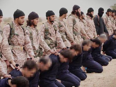 Une image issue d'une vidéo de propagande de l'Etat Islamique montrant un groupe de djihadistes se préparant à éxécuter simultanément 15 prisonniers syriens