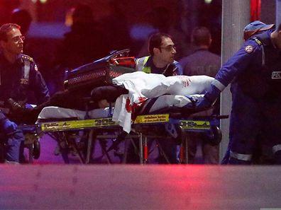 Les services de secours conduisent à l'hôpital un blessé qui se trouvait parmi les otages