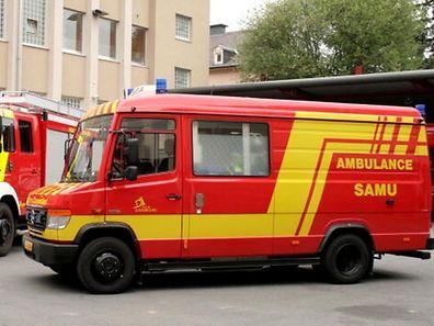 Eine Ambulanz der Berufsfeuerwehr brachte die verletzte Person ins Krankenhaus.