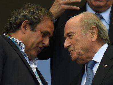Michel Platini (links) und Sepp Blatter am Rande einer Begegnung der Fußball-WM 2014 in Brasilien.