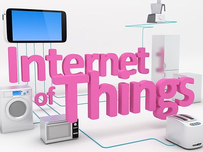 Mit IoT ist gemeint, dass immer mehr Geräte mit dem weltweiten Datennetz verbunden werden.