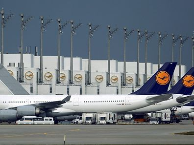 File photo of Lufthansa planes standing on the tarmac during a strike at Munich's international airport, Germany, November 9, 2015. Deutsche Lufthansa November 28, 2015, signed an agreement with services union Verdi on pay for about 33,000 ground personnel, the union and the airline said. REUTERS/Michael Dalder/Files